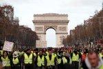 巴黎特警装甲车围城却吓不住黄背心抗议