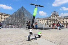 巴黎电动滑板车热门 速度快乱停放易惹怨