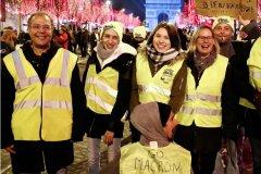 巴黎跨年夜 黄背心和游客齐聚香街和平跨年