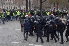 法国黄背心八万多人上演第九幕