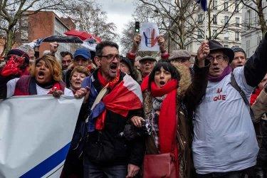 """上万""""红围巾""""巴黎游行要求维护民主秩"""
